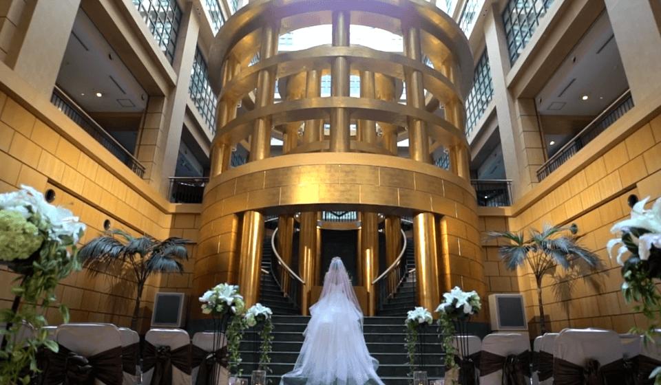 祭壇に向かうウエディングドレスの花嫁