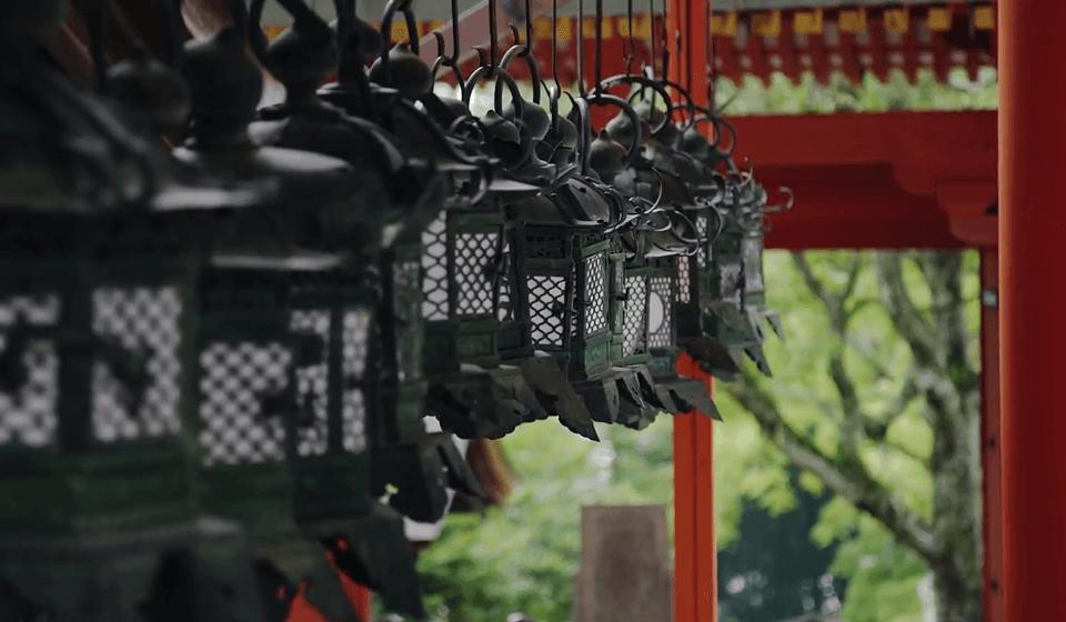 春日大社の朱色の社殿風景