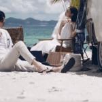 青い海と白い砂浜でくつろぐカップル