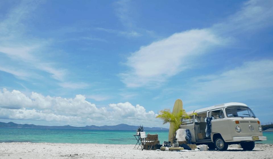 白い砂浜とワゴン