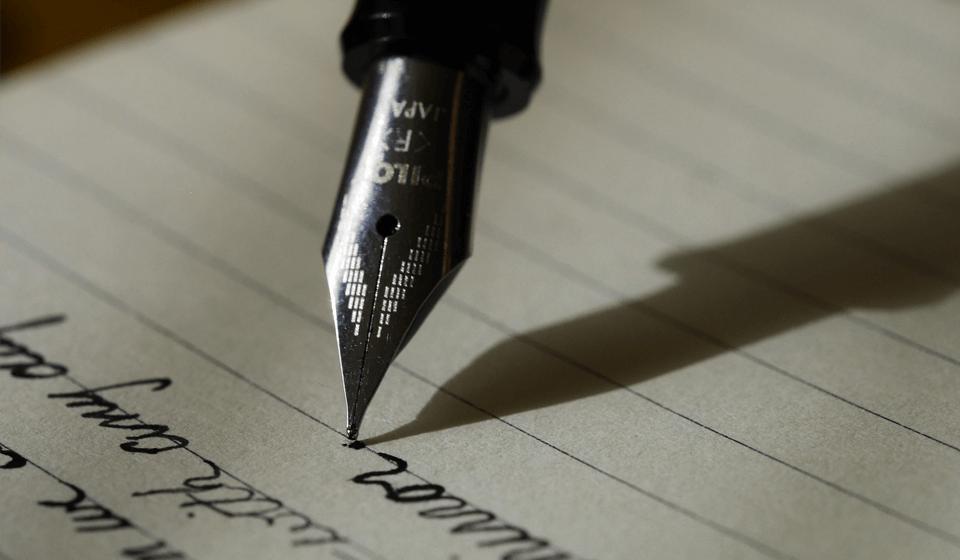 万年筆で歌詞を筆記