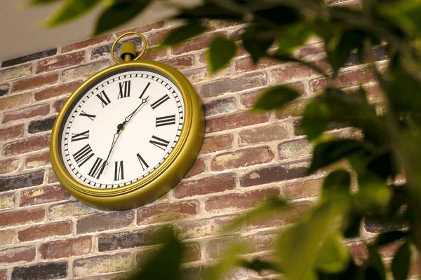 映像サロン内の時計